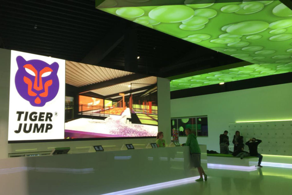 Innlights - LED-Screen - Solutions - Installation - Foyer Tiger Jump